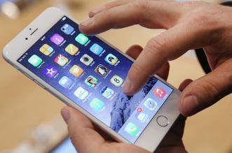 shopper-using-iphone-6-in-berlin-germany
