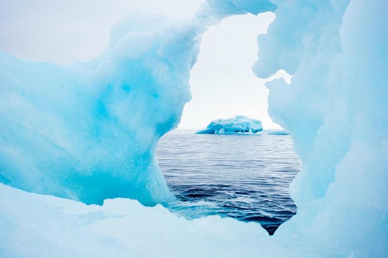 Viewing-Iceberg-Through-Hole